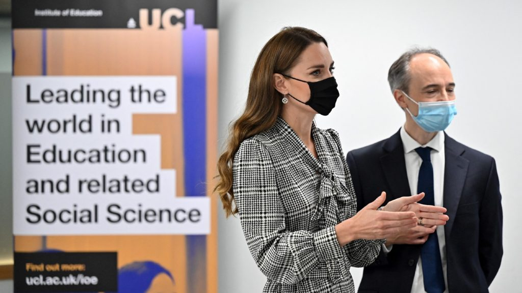 Catherine, duchesse de Cambridge (à gauche), s'entretient avec le professeur Pasco Fearon lors d'une visite au Centre d'études longitudinales de l'University College London, à Londres, le 5 octobre 2021, projet spécial Kate Middleton.