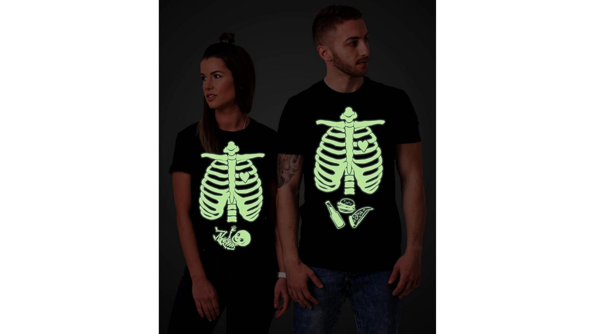 Idées de déguisement d'Halloween pour femmes enceintes - haut de squelette phosphorescent.