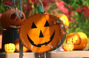 Halloween games for kids: spooky piñata