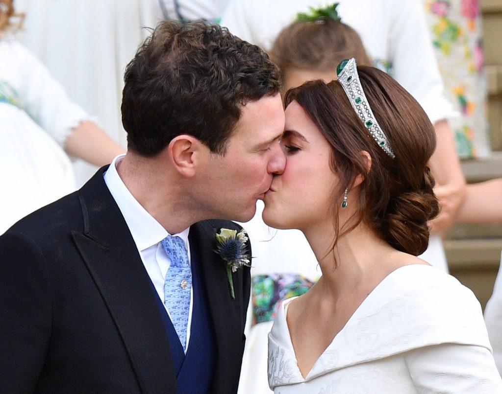 Jack Brooksbank et la princesse Eugénie s'embrassent à la sortie de la chapelle St George.