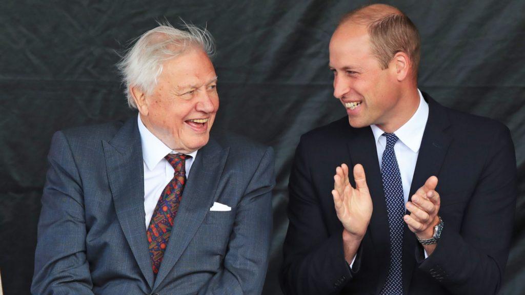 Le prince William, duc de Cambridge, (C), Catherine, duchesse de Cambridge (D) et Sir David Attenborough (G) assistent à la cérémonie de baptême du nouveau navire de recherche polaire britannique, le RRS Sir David Attenborough, à Birkenhead, au nord-ouest de l'Angleterre, le 26 septembre 2019.