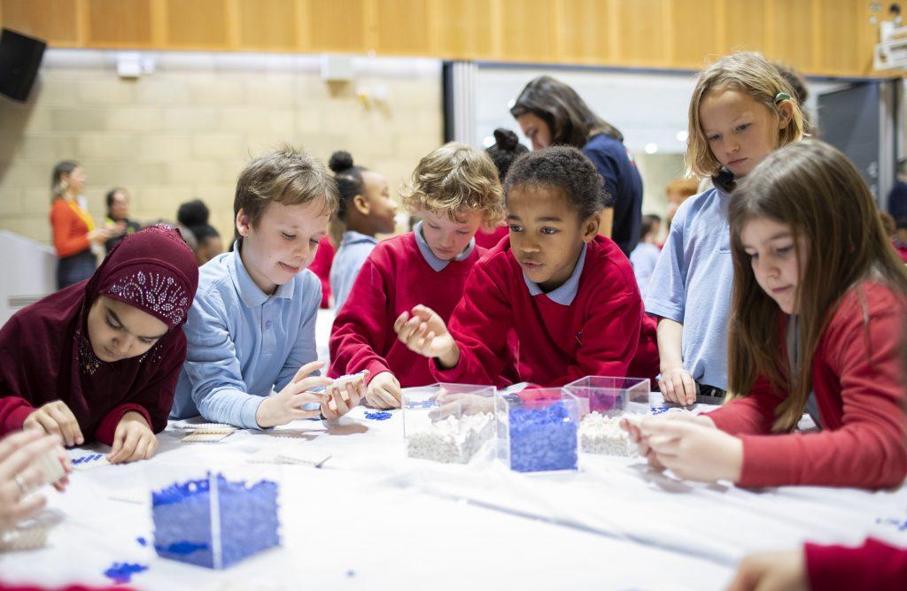 Enfants jouant avec des points Lego
