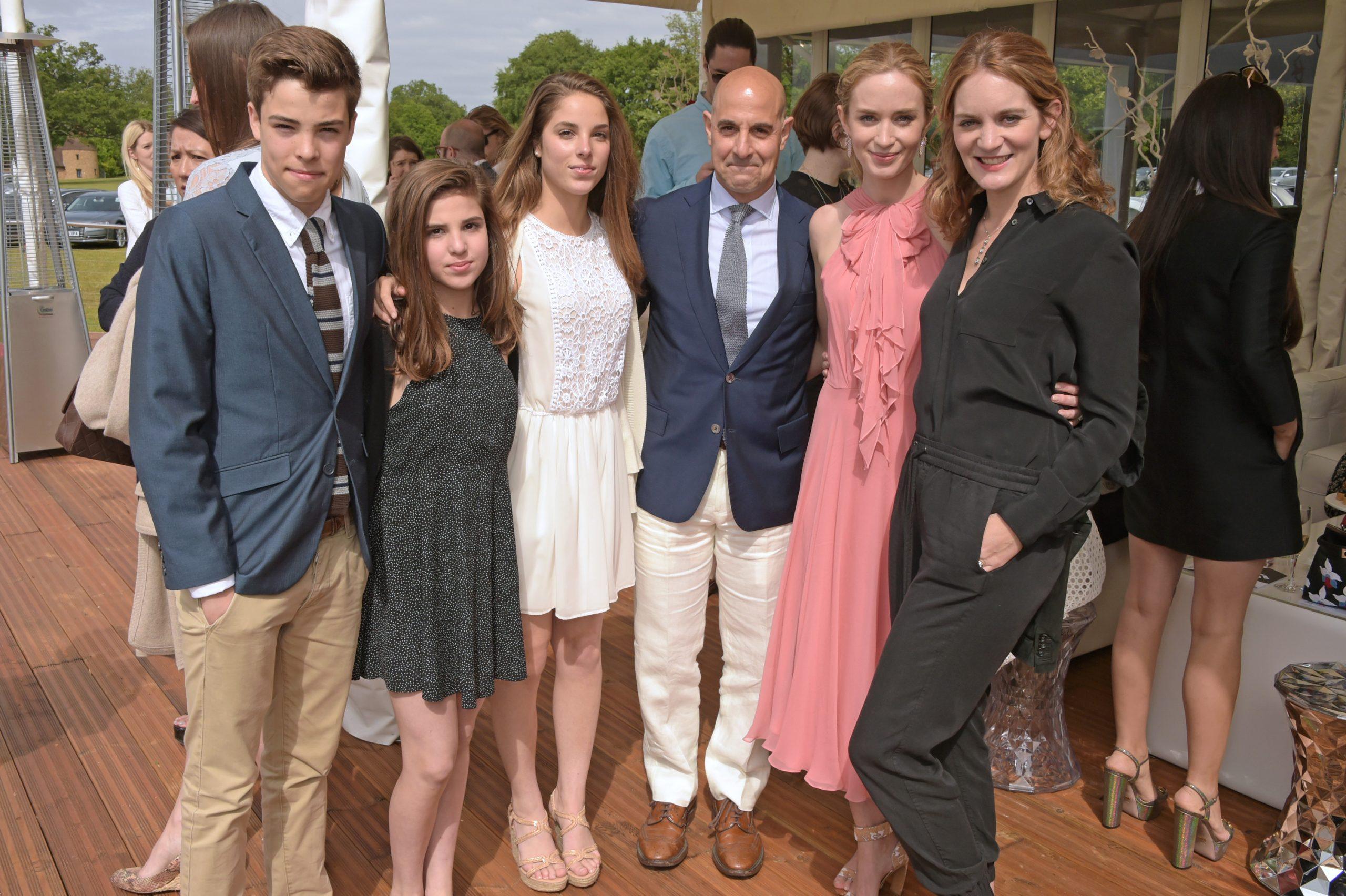 Stanley Tucci avec ses enfants Nicolo Tucci, Camilla Tucci, Isabel Tucci, posant avec sa femme Felicity Blunt et sa sœur Emily Blunt.